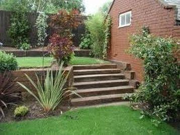 Traviesas de tren en escaleras y pasos de piscina for Jardines en pendiente